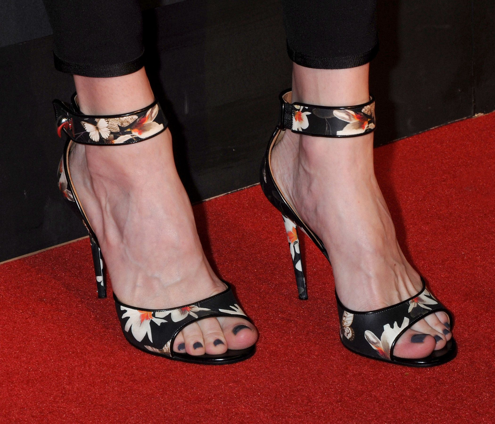 Liv Tyler Toes photo 30